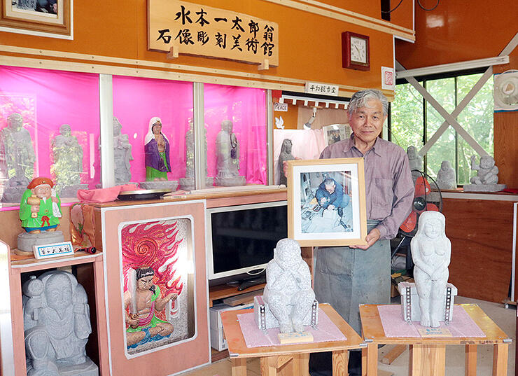 水本さんの作品を紹介する美術館の開設準備に当たる松村さん=砺波市庄川町金屋
