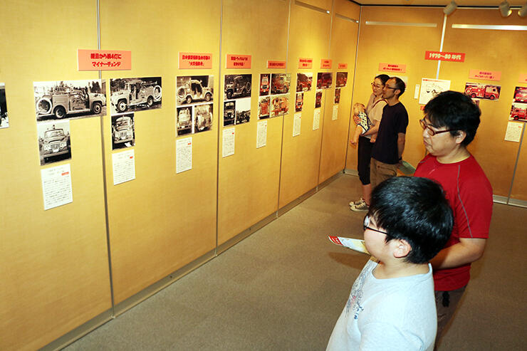 さまざまな消防車両の写真が並ぶ企画展
