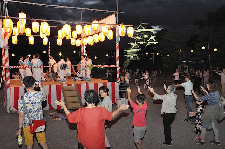 観光客も輪に加わり、にぎわいを見せた盆踊り