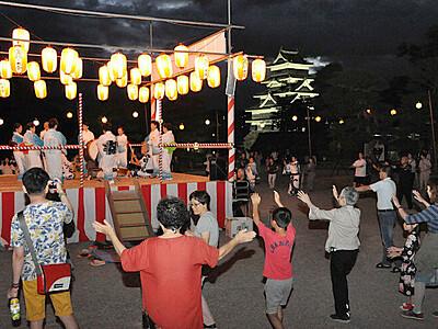 笑顔つなぐ盆踊り 松本城 観光客も一緒に