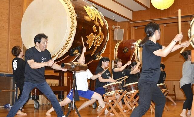 本番に向け練習に励む「O・TA・I・KO座 明神」のメンバー=福井県越前町のオタイコ・ヒルズ