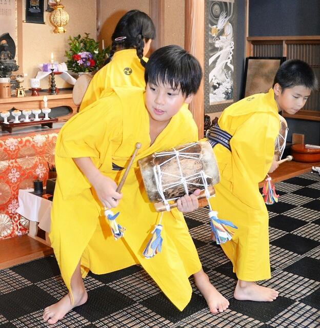 かねの音や念仏に合わせ、体を入れ替える児童=8月13日夜、福井県小浜市西相生