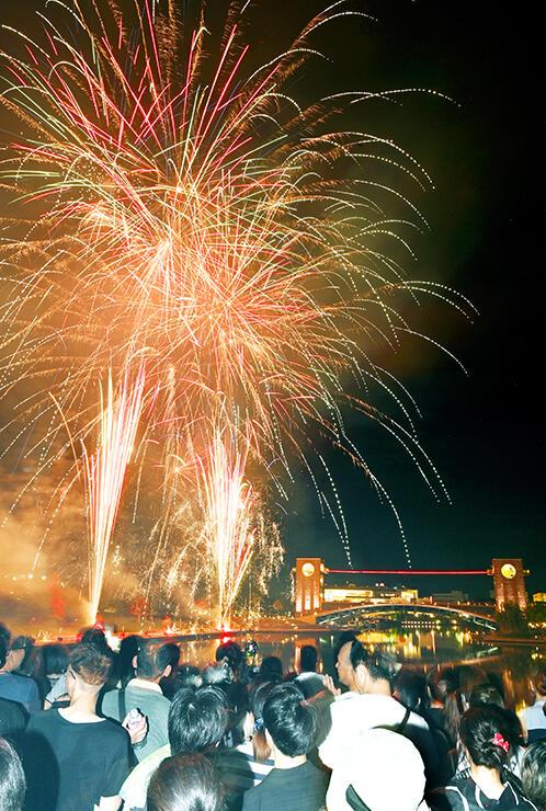 富岩運河と夜空を華やかに彩った花火(多重露光)