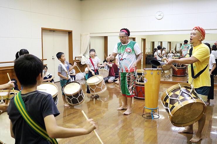 廣瀬さん(右)とシャコンさん(同2人目)から指導を受ける子どもたち
