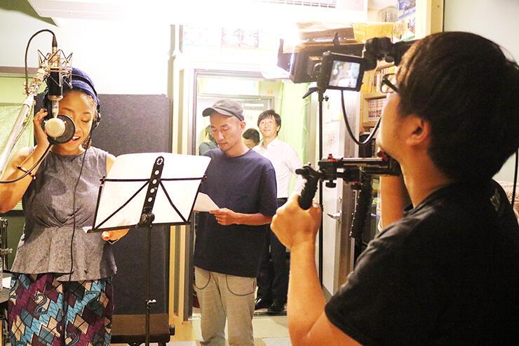 レコーディングに臨むCHIKOさん(左)を撮影する坂本さん(右)。中央はモリマツさん