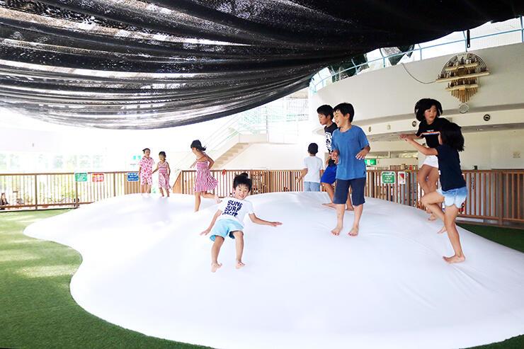 ふわふわドームで楽しむ子どもたち。天井は遮光シートで直射日光を防いである