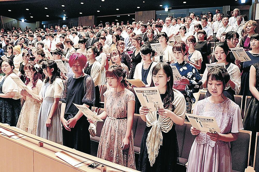 涼しげな装いで式に臨む新成人=津幡町文化会館シグナス