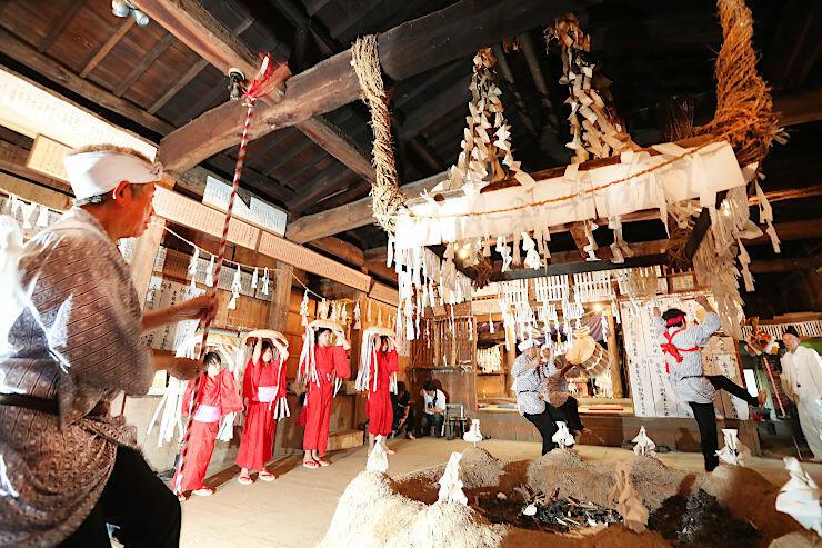 雨乞いの儀式「下栗の掛け踊り」で軽妙に舞う地元住民や子どもたち