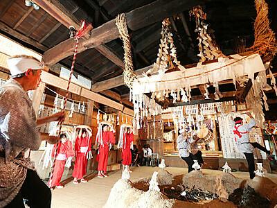 飯田・上村小児童、伝統の舞つなぐ 「下栗の掛け踊り」初参加