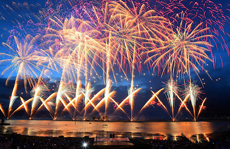 大音響とともに約4万発の花火が夜空を華やかに彩った諏訪湖祭湖上花火大会=15日午後7時5分、諏訪市湖岸通りから
