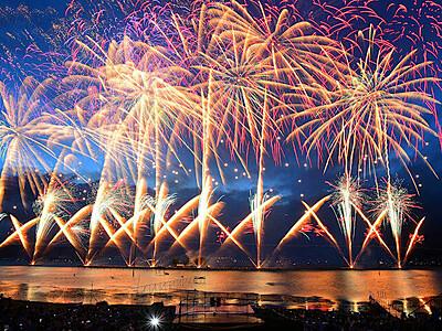 諏訪湖に新時代の華 湖上花火大会4万発