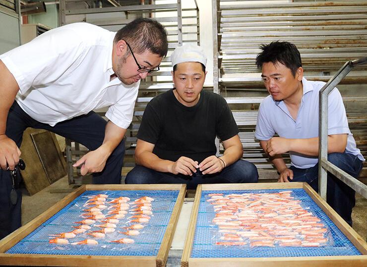 鳥取産ズワイガニの干物を試作する(左から)木村広社長、木村圭専務、東海社長=高岡市下牧野の丸龍庵の工場