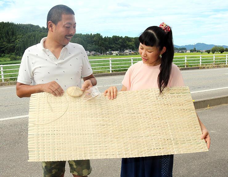 敷物と菅紐、キットを手にする中山社長(左)と有希子さん
