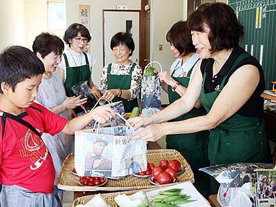新聞紙のエコバッグ 商品入れて提供 砺波・雄神地区の農産物直売所