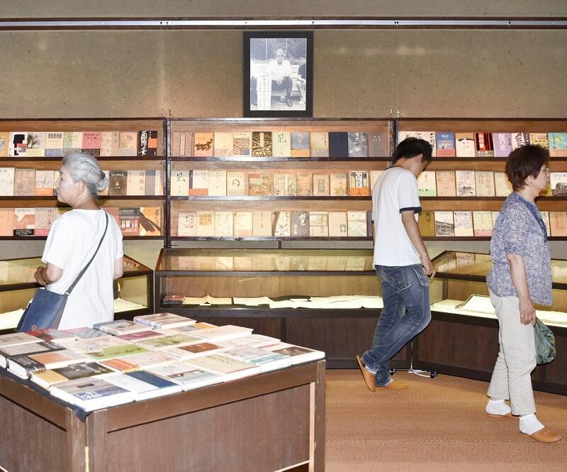 水上さんの作品が、ずらりと並ぶ生誕100年前期企画展=福井県おおい町岡田の若州一滴文庫