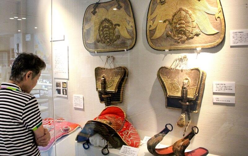 江戸後期~明治初期の山車に使われた装具の展示=16日、福井県敦賀市みなとつるが山車会館