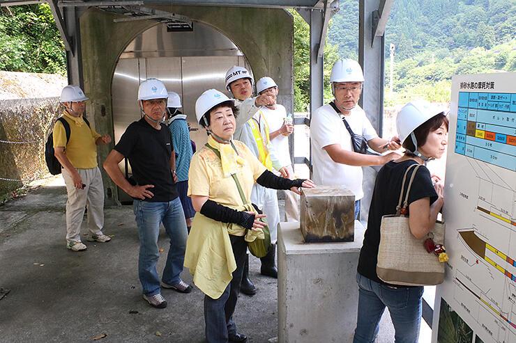 ダムの排砂水路を見学する参加者