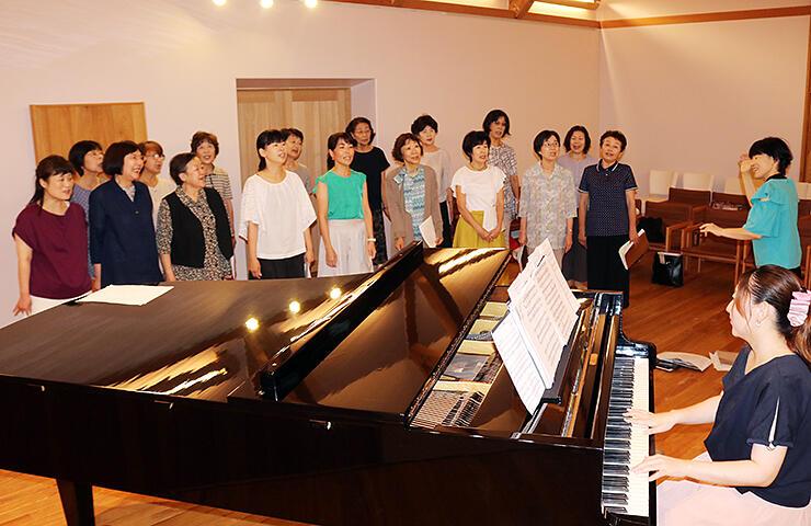 練習で美しい歌声を響かせるメンバー