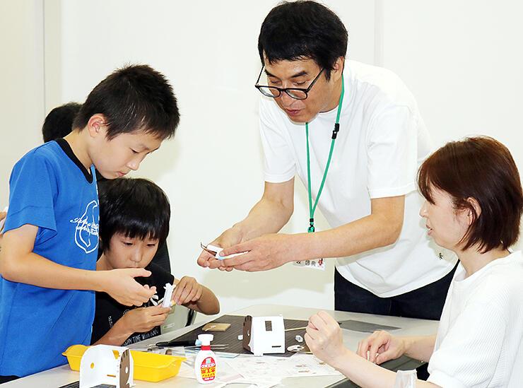 坂さん(右から2人目)から教わり作品を作る参加者=高岡おとぎの森館