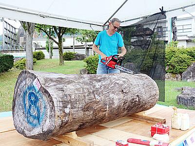 作家続々 意欲は十分 いなみ木彫刻キャンプ