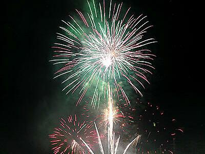 峡谷彩る4000発 宇奈月温泉「花火響宴」