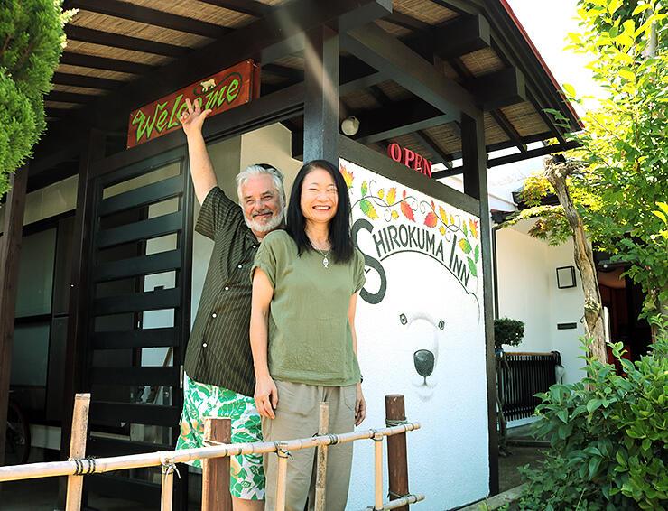空き家を改装した簡易宿泊施設「Shirokuma Inn」を開業したケイレンさん(左)と妻の麻里子さん