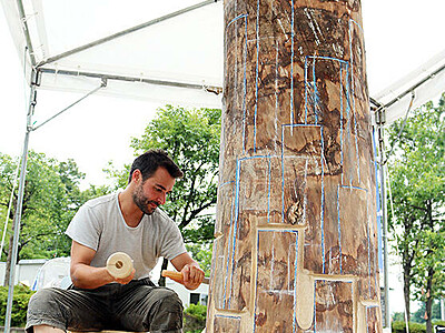 公開制作本格スタート いなみ国際木彫刻キャンプ