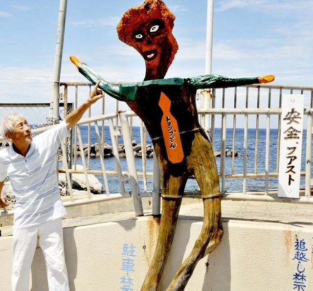 トランプ米大統領をモチーフとした木像を作った川畑良輔さん=福井県福井市鮎川町