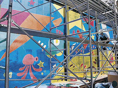 セロハンアート鮮やか 金沢美大生、市立病院の窓に描く