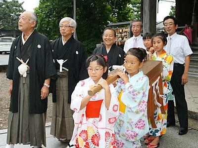 ご神体、女子児童が運び出し 高岡・布袋祭