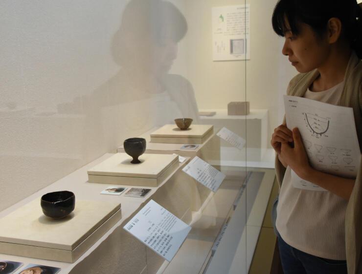 後期展で展示されている「黒楽茶碗銘雪月花」(手前)や「黒楽茶碗銘初午」(手前から2番目)