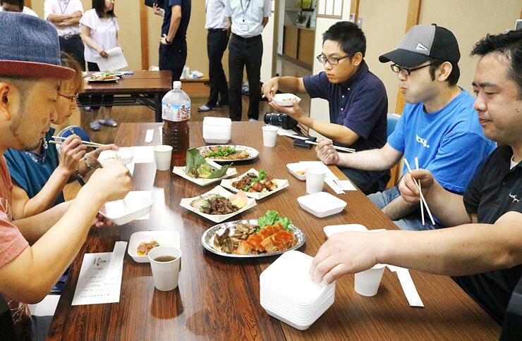 ジビエ料理を試食する参加者