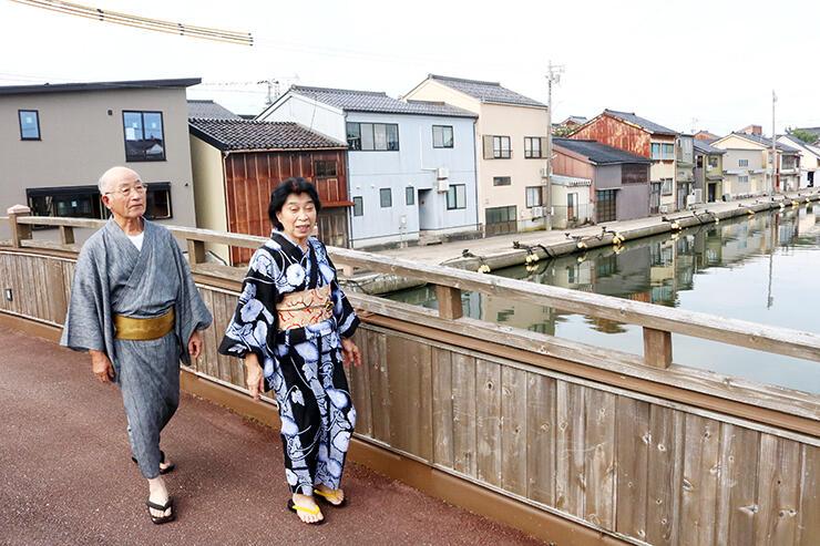 内川周辺を散策する(左から)内海實さんと典子さん=射水市中央町