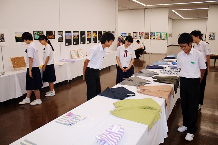 写真や家庭科の作品が並ぶ会場=県民会館
