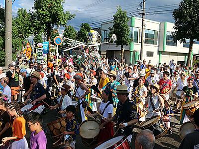 500人パレードにぎやかに スキヤキ・ミーツ・ザ・ワールド