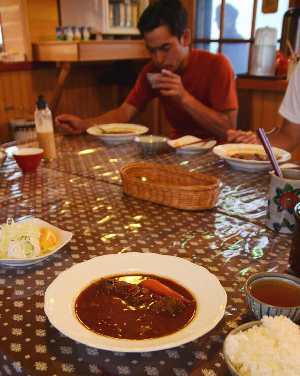 三俣山荘が夕食時に提供する鹿肉入りシチュー(手前)