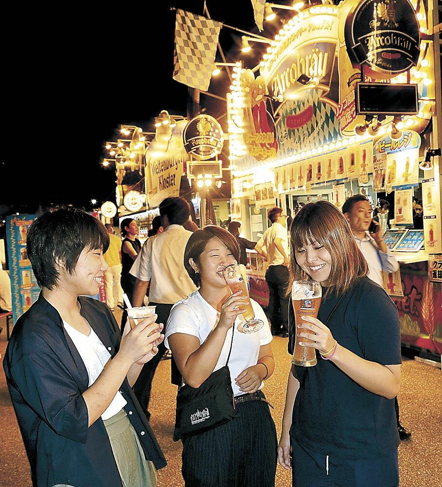 ドイツビールや伝統料理を楽しむ来場者=いしかわ四高記念公園