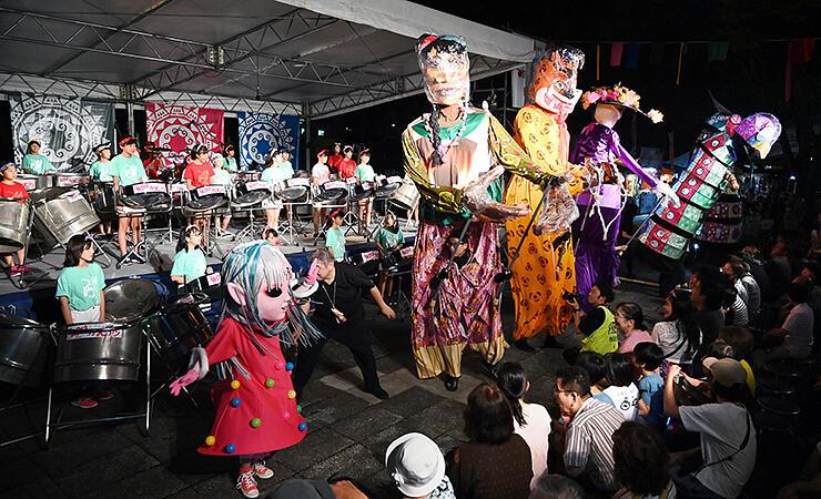 巨大人形も登場し、盛り上がったオープニングステージ=南砺市福野文化創造センター