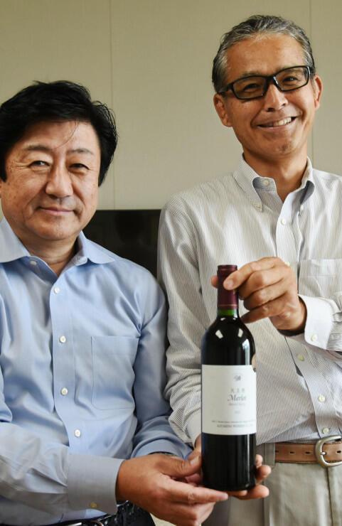 受賞ワインを手に喜ぶ池上さん(右)と松井さん