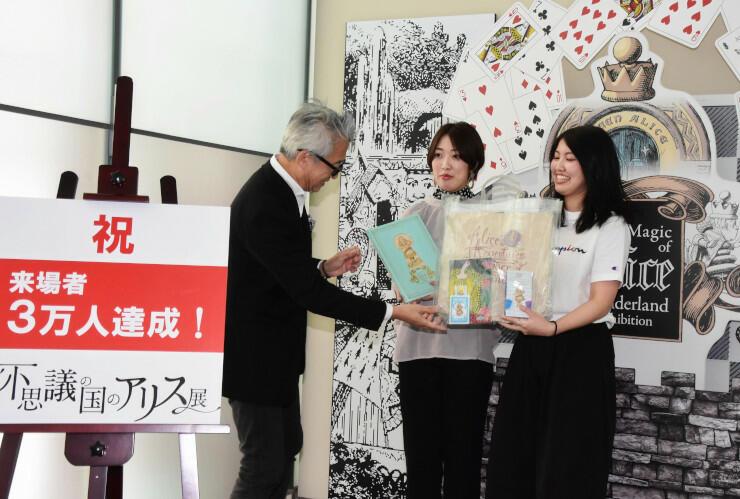 3万人目になった(右から)柴田さんと鈴木さん