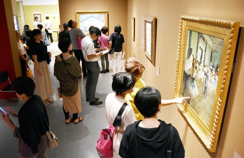 多くの人でにぎわうスーパークローン文化財展=8月23日、福井県福井市の福井県立美術館