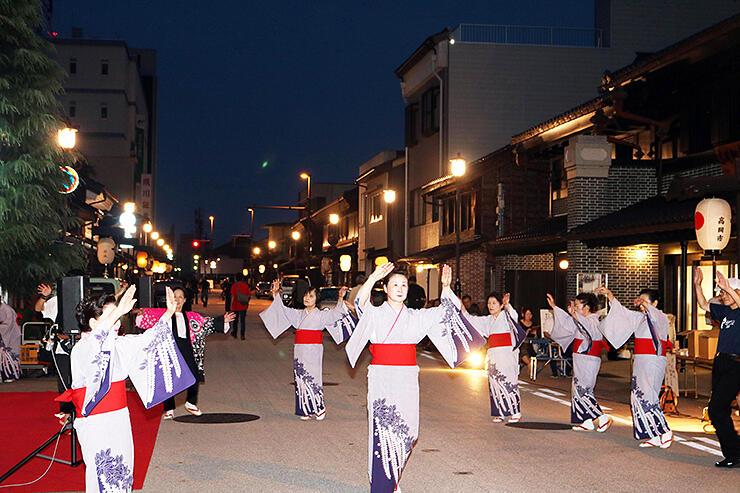 風情ある町並みで輪踊りを楽しむ来場者ら