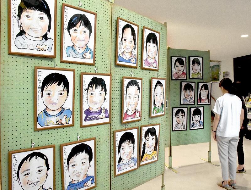 園児の特徴を捉えた似顔絵の展示会=8月23日、福井県坂井市東十郷コミュニティセンター