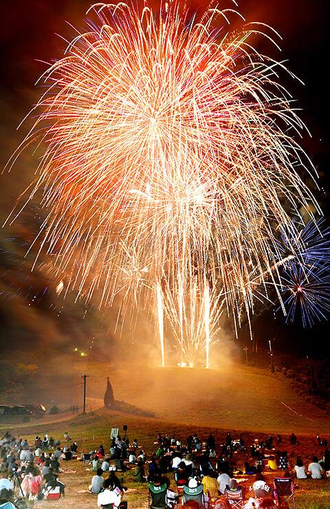 夜空を鮮やかに彩る大輪の花火=旧猿倉山スキー場