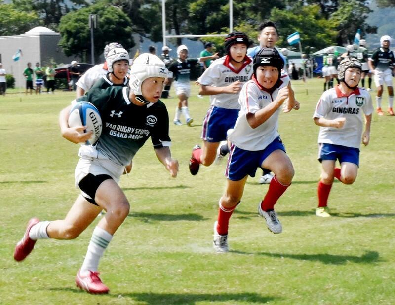 ボールを抱えて疾走する選手=8月24日、福井県美浜町総合運動公園