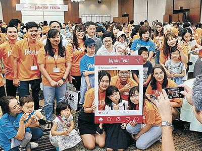 留学生「金沢の母さん」と対面 ジャパンテント、金沢のフェスタで交歓