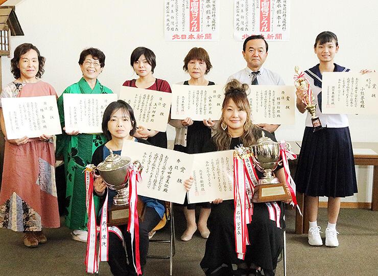 秀位に選ばれた滝口さん(前列右)、寺田さん(同左)、小熊さん(後列右)ら受賞者