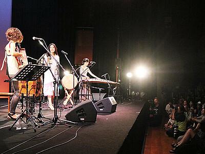 聴衆と一緒に音楽・踊り 「スキヤキ」フィナーレ