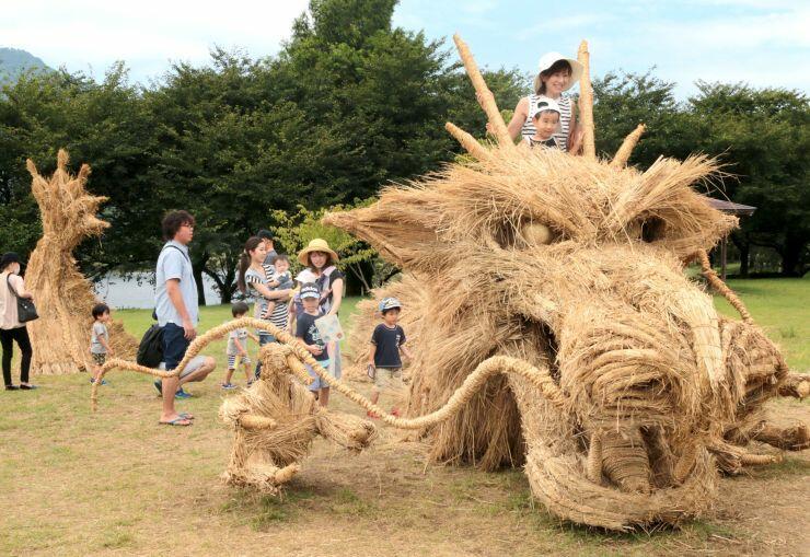 「わらアートまつり」の会場に登場した稲わらの巨大なオブジェ=25日、新潟市西蒲区