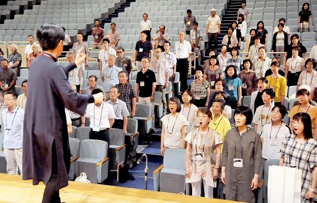 年末の「第九」公演に向け練習する「ふくいフェニックス合唱団」=8月25日、福井県福井市文化会館